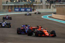 Стоффель Вандорн, McLaren MCL32, и Пьер Гасли, Scuderia Toro Rosso STR12
