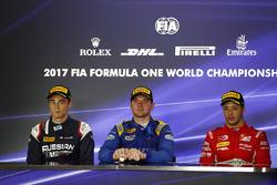 Le deuxième Artem Markelov, RUSSIAN TIME, le vainqueur Oliver Rowland, DAMS (disqualifié), et le troisième Antonio Fuoco, PREMA Powerteam (disqualifié)