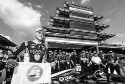 Le vainqueur du Verizon P1 Pole Award, Ed Carpenter, Ed Carpenter Racing Chevrolet avec le drapeau P1