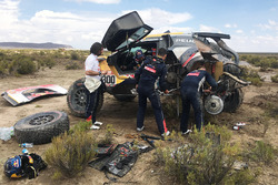 #300 Peugeot Sport Peugeot 3008 DKR: Stéphane Peterhansel, Jean-Paul Cottret gets help from Cyril Despres, David Castera