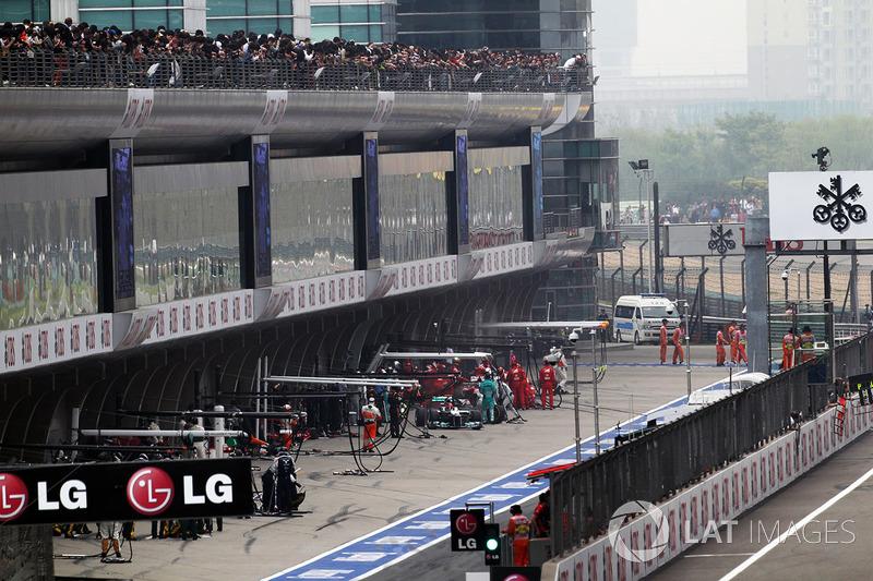 Но скоро Mercedes осталась с единственной машиной. Шумахеру в том году жутко не везло, и Китай не был исключением. Михаэль заехал на пит-стоп, но ему не докрутили переднее правое колесо. Выехав на трассу он сразу все понял и припарковался