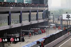 Michael Schumacher, Mercedes AMG F1 W03 en pit stop