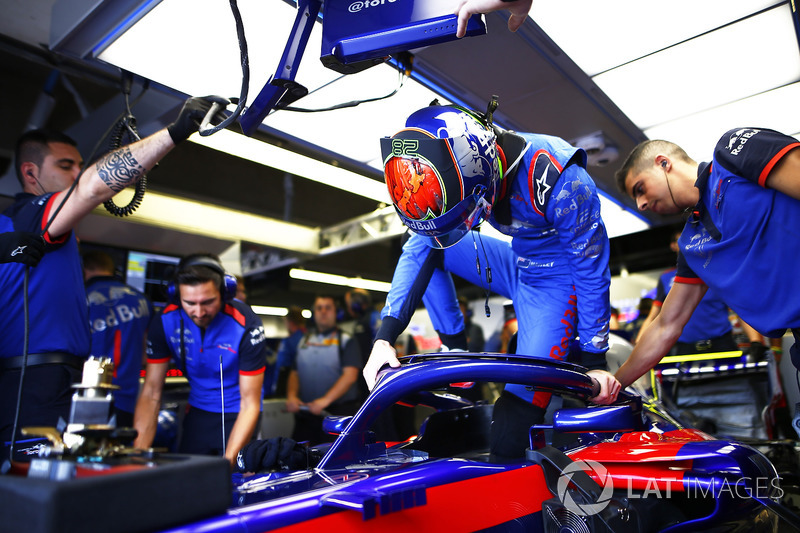 Brendon Hartley, Toro Rosso STR13, settles into his seat.