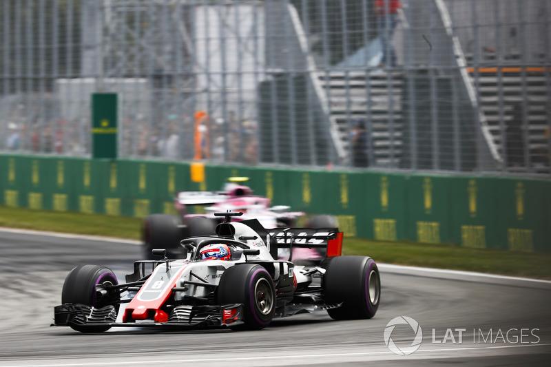 Romain Grosjean, Haas F1 Team VF-18, precede Esteban Ocon, Force India VJM11