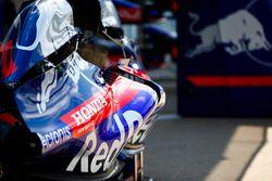 Логотип Honda на кожухе двигателя Scuderia Toro Rosso STR13