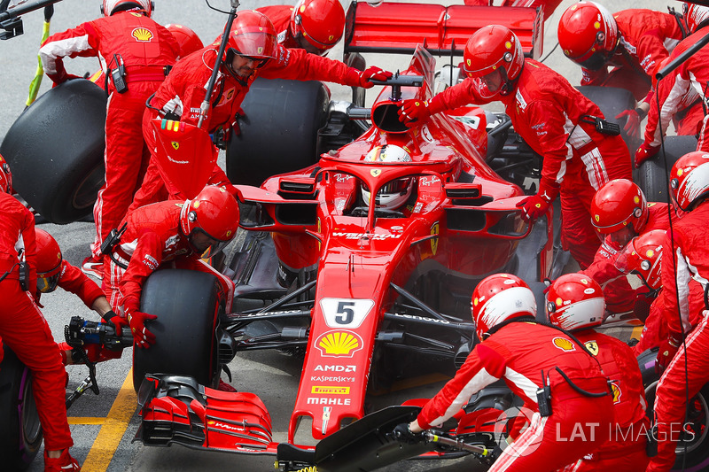 Sebastian Vettel, Ferrari SF71H, hace un pit stop