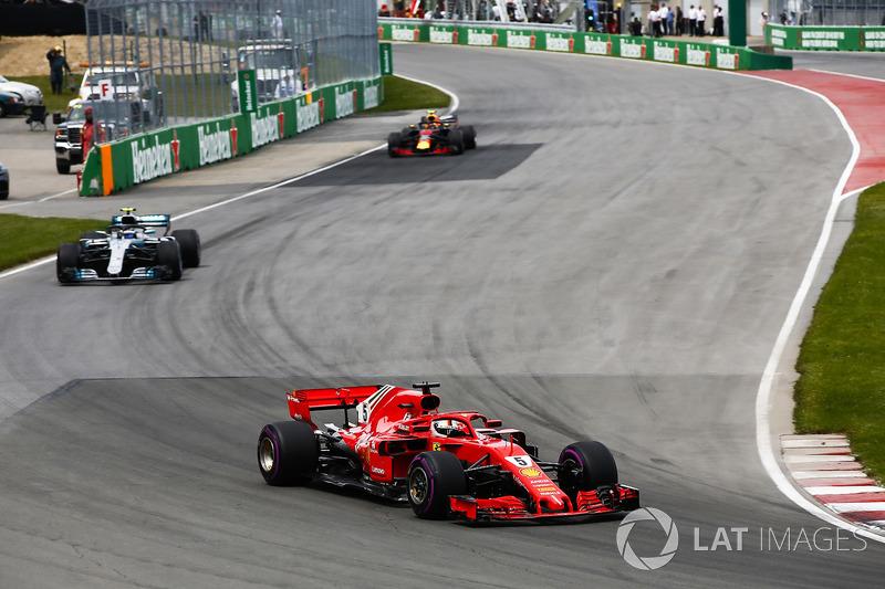 Sebastian Vettel, Ferrari SF71H, precede Valtteri Bottas, Mercedes AMG F1 W09, e Max Verstappen, Red Bull Racing