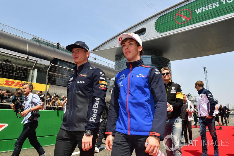 Max Verstappen, Red Bull Racing y Pierre Gasly, Scuderia Toro Rosso en el desfile de pilotos