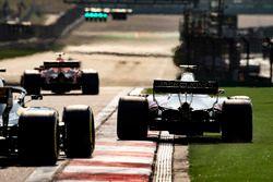 Romain Grosjean, Haas F1 Team VF-18 Ferrari, sort large devant Nico Hulkenberg, Renault Sport F1 Team R.S. 18