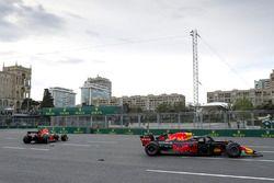 Red Bull Racing RB14 van Max Verstappen en Daniel Ricciardo na de crash