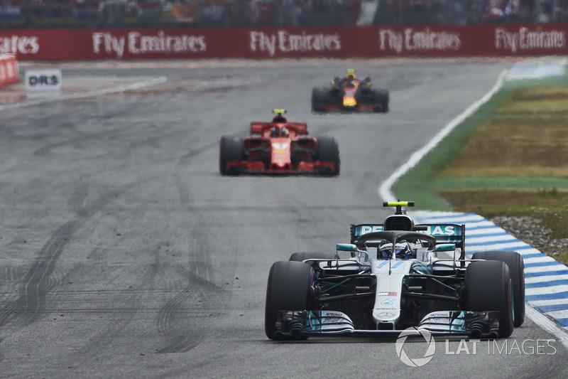Valtteri Bottas, Mercedes AMG F1 W09, precede Kimi Raikkonen, Ferrari SF71H