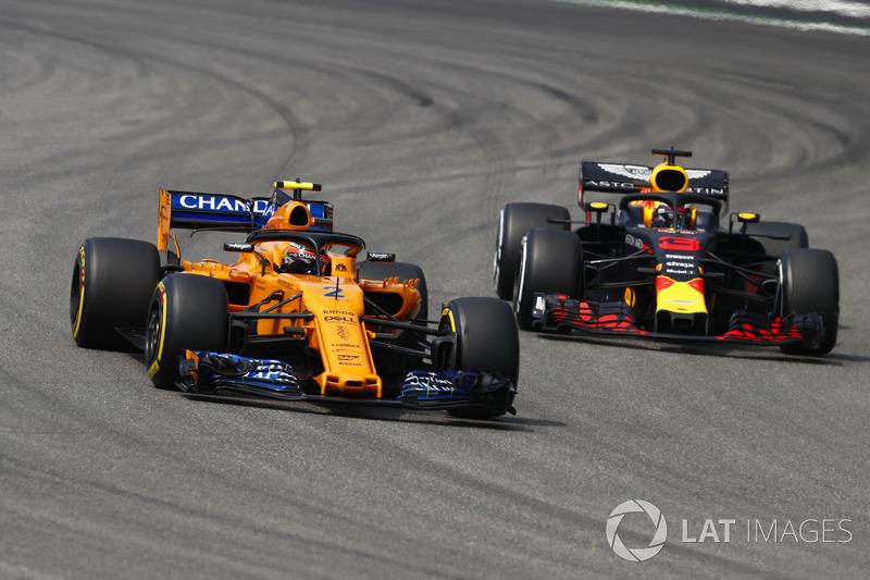 Stoffel Vandoorne, McLaren MCL33, delante de Daniel Ricciardo, Red Bull Racing RB14