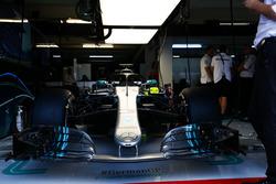 La voiture de Lewis Hamilton, Mercedes AMG F1 W09, dans le garage
