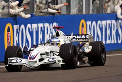 Third place Nick Heidfeld, BMW Sauber F1.06 crosses the line