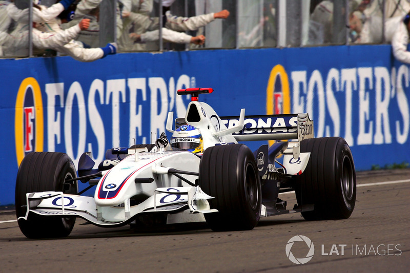 Le troisième Nick Heidfeld, BMW Sauber F1.06, franchit la ligne d'arrivée