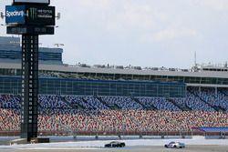 Jamie McMurray, Chip Ganassi Racing Chevrolet Camaro, A.J. Allmendinger, JTG Daugherty Racing Chevrolet Camaro
