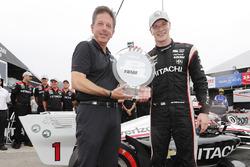 Josef Newgarden, Team Penske Chevrolet celebra ganar el Verizon P1 Pole Award
