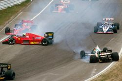 Stefan Johansson, Ferrari F186 slides into the first corner after hitting Teo Fabi, Benetton B186 BMW at the start