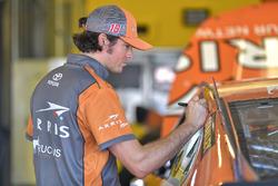 Daniel Suarez, Joe Gibbs Racing, Toyota Camry ARRIS, crew member