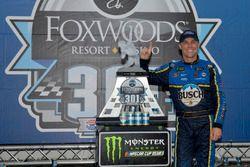 Race winner Kevin Harvick, Stewart-Haas Racing, Ford Fusion