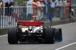 Heikki Kovalainen, McLaren MP4/23 has a puncture