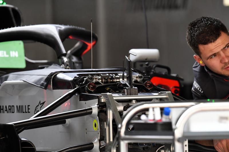 Suasana garasi Haas