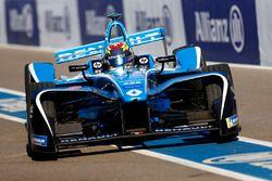 Sébastien Buemi, Renault e.Dams, keert terug naar de pits met schade.
