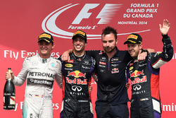 Podio: ganador de la carrera Daniel Ricciardo, Red Bull Racing, segundo lugar Nico Rosberg, Mercedes AMG F1, Simon Rennie, ingeniero de carrera de Red Bull Racing y tercer puesto Sebastian Vettel, Red Bull Racing