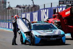 Nelson Piquet Jr., Jaguar Racing, se sube al auto de seguridad BMW i8 después del accidente