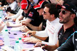Jérôme d'Ambrosio, Dragon Racing, Jose Maria Lopez, Dragon Racing, Fans en la sesión de autógrafos