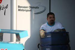 Borusan Otomotiv Motorsport mekanikeri