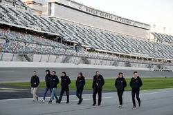 Phil Hanson, Lando Norris, Fernando Alonso, Will Owen, Hugo de Sadeleer, Bruno Senna, United Autosports font un tour de piste à pied