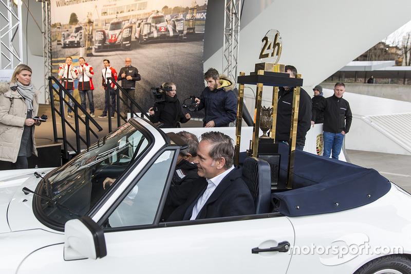 Le trophée des 24 Heures du Mans arrive au musée Porsche