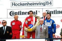 Podio: il vincitore della gara Alain Prost, il secondo classificato Niki Lauda, il terzo classificat