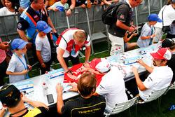Daniel Abt, Audi Sport ABT Schaeffler, signe des autographes pour les fans