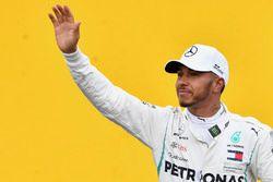 Lewis Hamilton, Mercedes-AMG F1 fête sa pole position dans le Parc Fermé