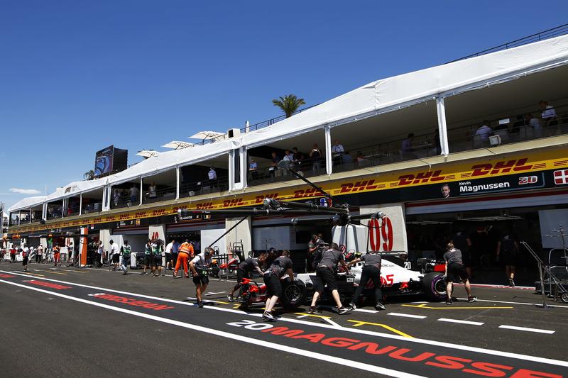 Kevin Magnussen, Haas F1 Team VF-18, viene riportato nel garage