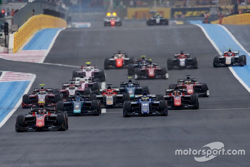 George Russell, ART Grand Prix, delante de Sergio Sette Camara, Carlin en la salida