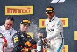 Max Verstappen, Red Bull Racing et Lewis Hamilton, Mercedes-AMG F1 sur le podium avec du champagne