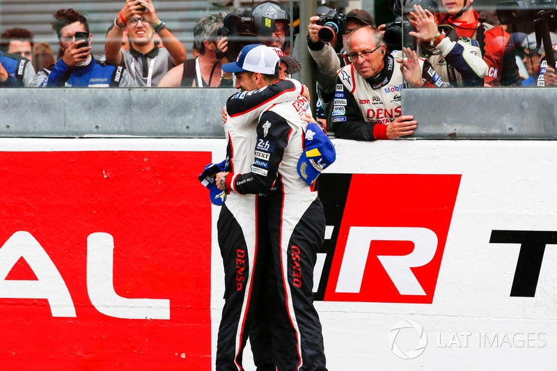 Fernando Alonso, Toyota Gazoo Racing, Sébastien Buemi, Toyota Gazoo Racing, zaferi kutluyor