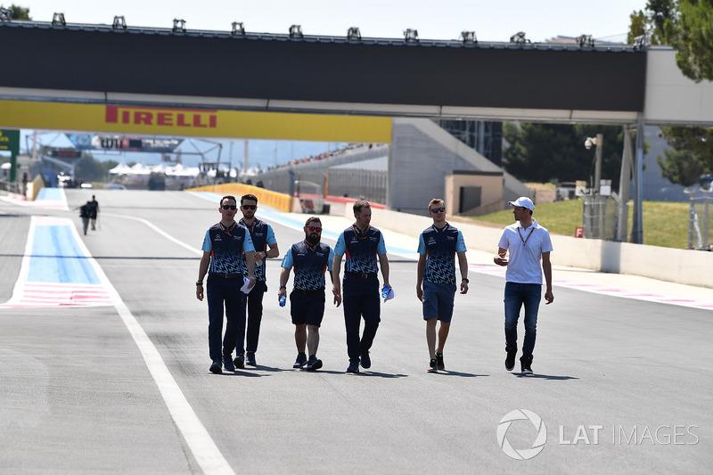 Sergey Sirotkin, Williams parcourt la piste à pied