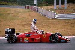 Gerhard Berger, Ferrari F1/87/88C, lleva sobre su coche a Derek Warwick, Arrows