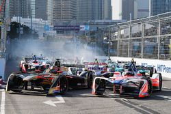 Jean-Eric Vergne, Techeetah leads Nick Heidfeld, Mahindra Racing at the start