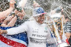 Le vainqueur Lewis Hamilton, Mercedes reçoit une douche de champagne après avoir remporté son troisième titre mondial