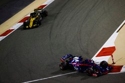 Брендон Хартли, Scuderia Toro Rosso STR13, и Карлос Сайнс, Renault Sport F1 Team RS18