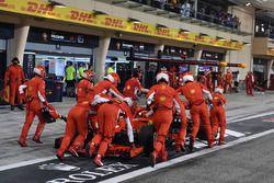 La monoposto di Kimi Raikkonen, Ferrari SF71H viene spinta indietro in pit lane