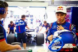 Pierre Gasly, Toro Rosso, in the garage as Brendon Hartley, Toro Rosso STR13 Honda, is returned by engineers