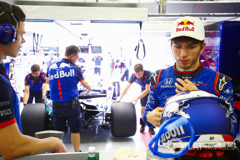 Pierre Gasly, Toro Rosso, in the garage as Brendon Hartley, Toro Rosso STR13 Honda, is returned by e