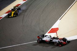 Kevin Magnussen, Haas F1 Team VF-18 Ferrari, leads Nico Hulkenberg, Renault Sport F1 Team R.S. 18
