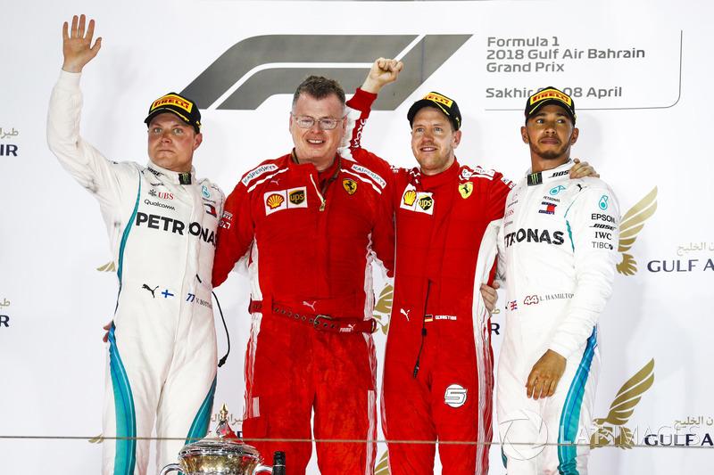 Valtteri Bottas, Mercedes AMG F1, 2° classificato, Sebastian Vettel, Ferrari, 1° classificato, e Lewis Hamilton, Mercedes AMG F1, 3° classificato, sul podio con un membro del team Ferrari che riceve il trofeo Costruttori